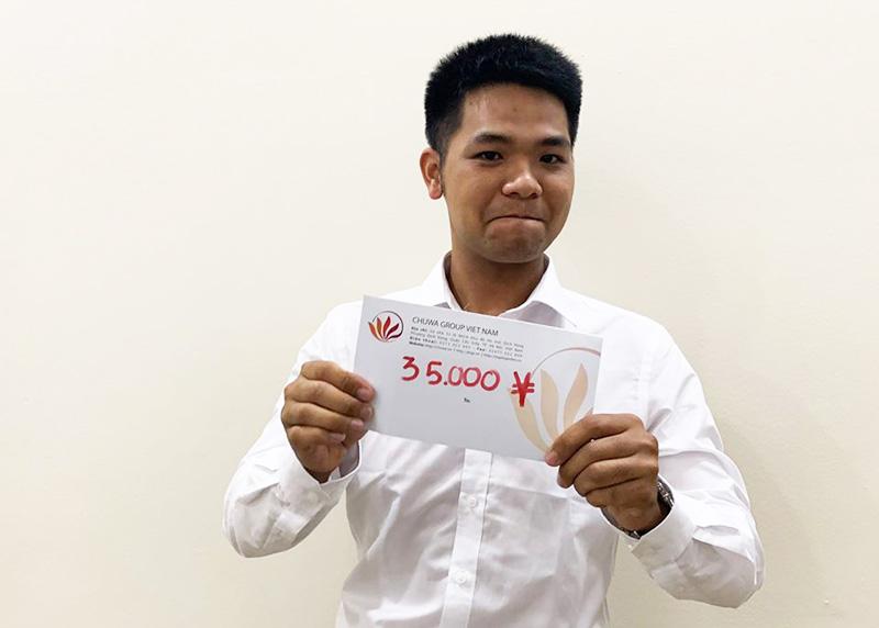 Trao tiền hỗ trợ học tiếng cho kỹ sư Vũ Đình Rồng