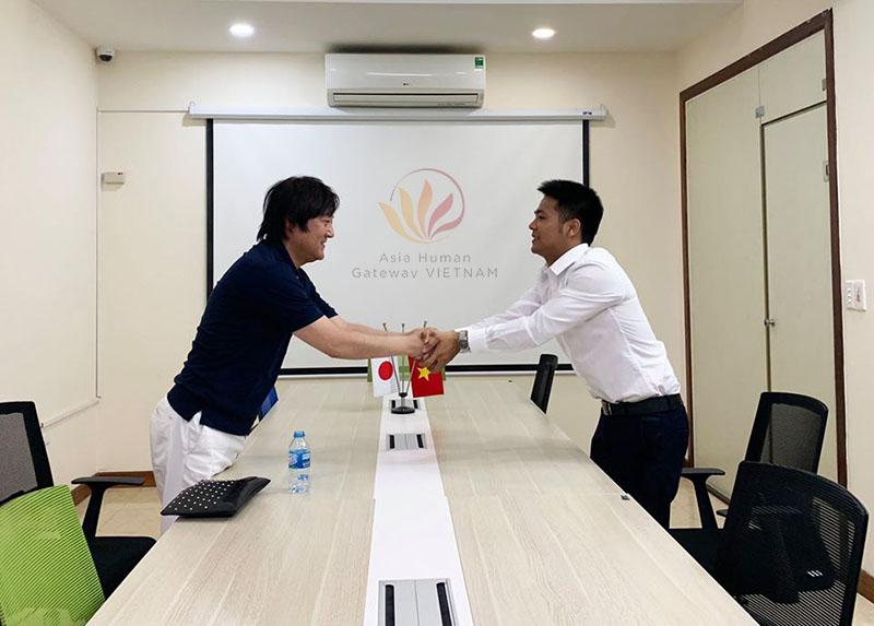 Ngày 18/11/2019 Giám đốc công ty Nhật Bản sang thăm và trao tiền hỗ trợ học tiếng cho kỹ sư Vũ Đình Rồng.