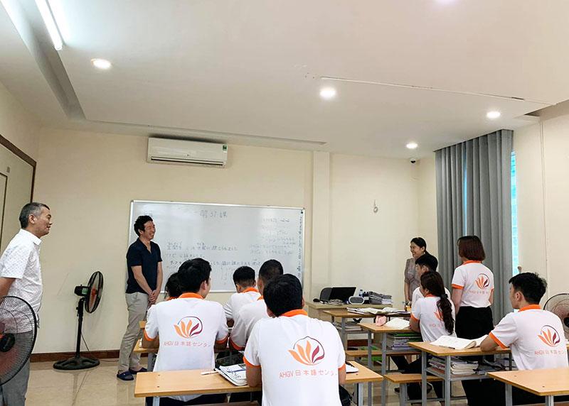 Ngày 02/06/2020, Trung tâm ngoại ngữ AHGV vinh dự tiếp đón ngài Hayashi Mikio (Bí thư Đại sứ quán Nhật Bản tại Việt Nam) tới thăm và làm việc tại trụ sở công ty.